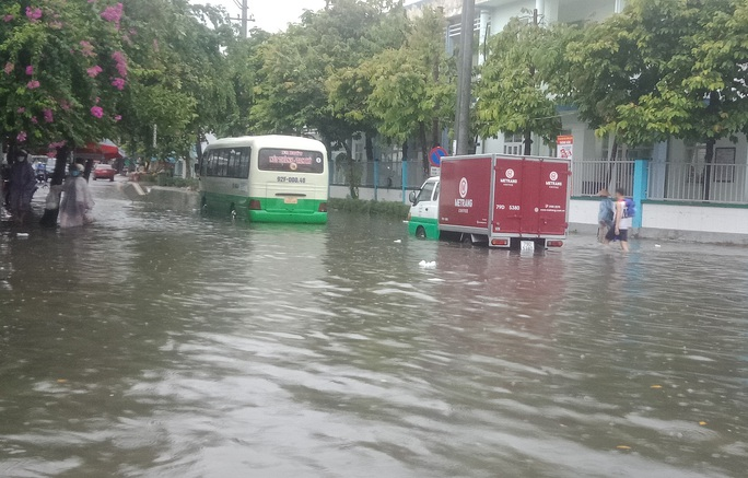 Quảng Nam mưa trắng trời, đường phố lênh láng, nhà dân tốc mái - Ảnh 8.
