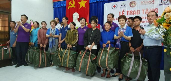 Nhóm thiện nguyện phu nhân nguyên Chủ tịch nước Trương Tấn Sang tặng 3.500 bộ áo phao cho ngư dân miền Trung và DK1 - Ảnh 1.