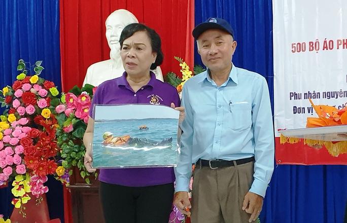 Nhóm thiện nguyện phu nhân nguyên Chủ tịch nước Trương Tấn Sang tặng 3.500 bộ áo phao cho ngư dân miền Trung và DK1 - Ảnh 4.