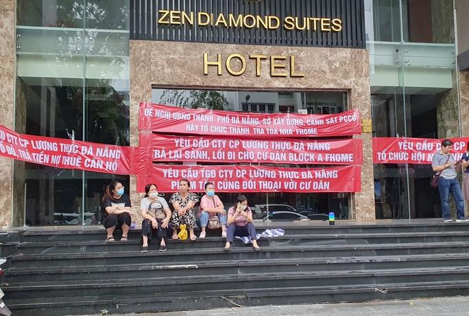 Đà Nẵng: Dân đội mưa căng băng rôn,  đòi chủ đầu tư trả lại lối đi cho chung cư cao cấp - Ảnh 1.
