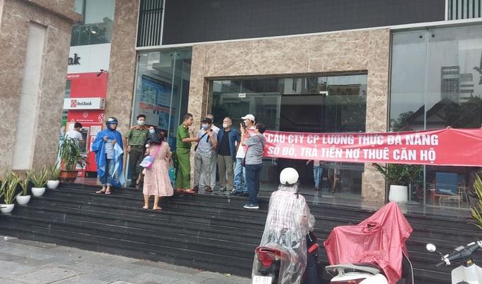 Đà Nẵng: Dân đội mưa căng băng rôn,  đòi chủ đầu tư trả lại lối đi cho chung cư cao cấp - Ảnh 2.