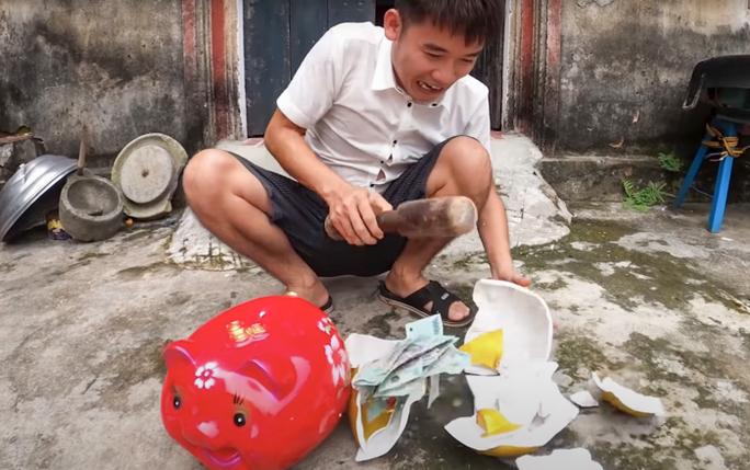 Con trai bà Tân Vlog lại bị phạt 10 triệu đồng vì đăng video lấy cắp tiền của em để đi ăn chơi - Ảnh 1.