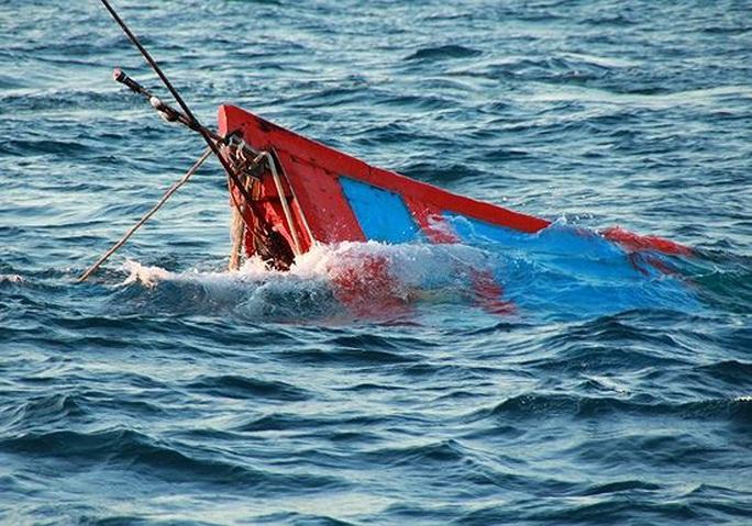 Chìm tàu, 13 ngư dân thức trắng đêm trên thuyền thúng chờ cứu nạn - Ảnh 1.