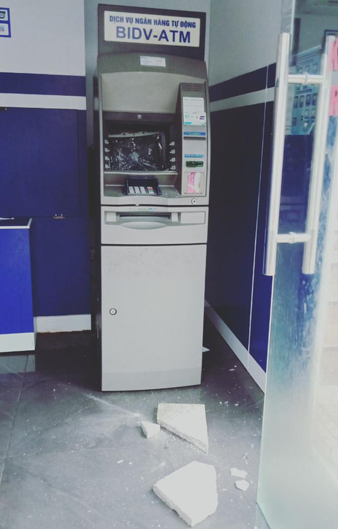 Kẻ lạ dùng đá ném vỡ máy ATM ở Vũng Tàu - Ảnh 1.