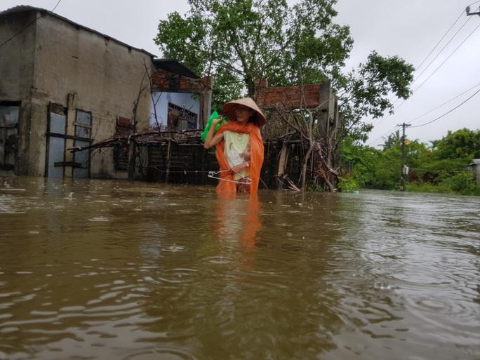 Đà Nẵng: Nhà dân ngập nặng, nhiều người dùng ghe đi lại - Ảnh 1.
