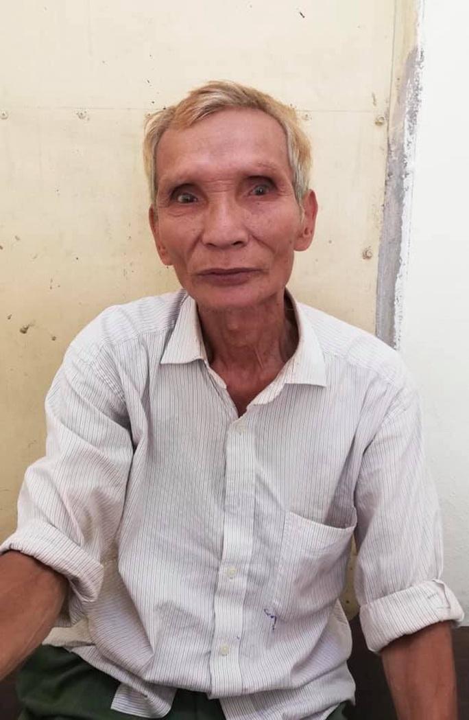 71 tuổi vẫn làm liều ngay trên phố - Ảnh 1.