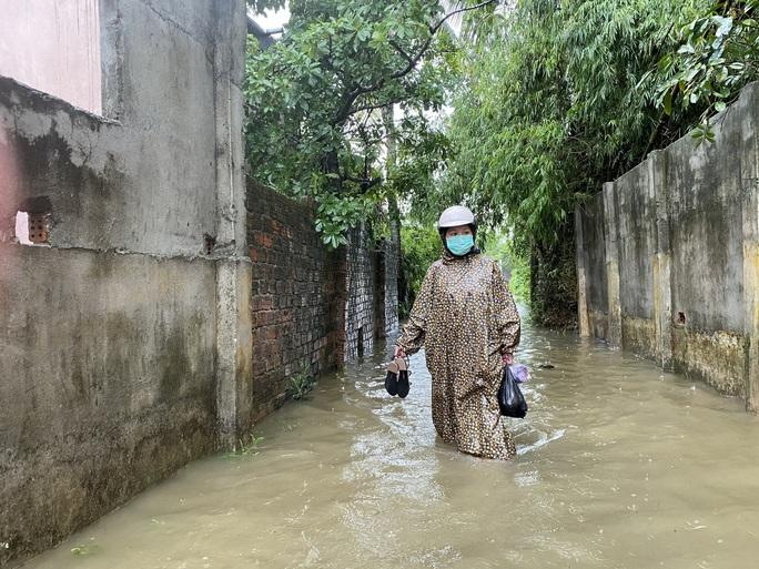 Đà Nẵng: Nhà dân ngập nặng, nhiều người dùng ghe đi lại - Ảnh 2.