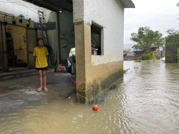 Đà Nẵng: Nhà dân ngập nặng, nhiều người dùng ghe đi lại - Ảnh 3.