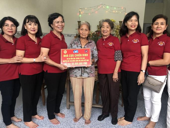 Phu nhân nguyên Chủ tịch nước Trương Tấn Sang trao tặng 500 bộ áo phao cho ngư dân Quảng Ngãi - Ảnh 5.