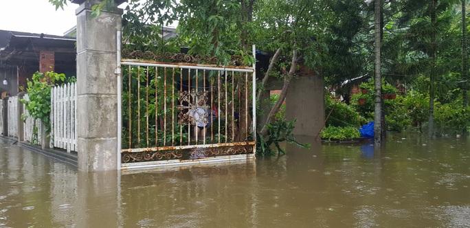 Đà Nẵng: Nhà dân ngập nặng, nhiều người dùng ghe đi lại - Ảnh 8.
