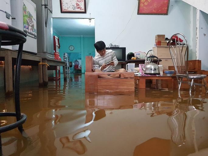 Đà Nẵng: Nhà dân ngập nặng, nhiều người dùng ghe đi lại - Ảnh 10.