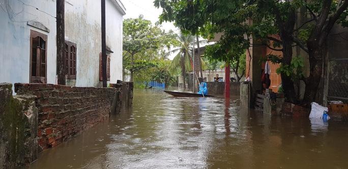 Đà Nẵng: Nhà dân ngập nặng, nhiều người dùng ghe đi lại - Ảnh 11.