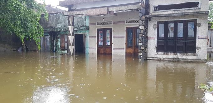 Đà Nẵng: Nhà dân ngập nặng, nhiều người dùng ghe đi lại - Ảnh 12.