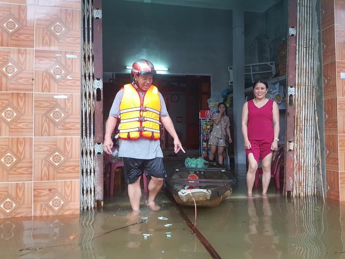 Đà Nẵng: Nhà dân ngập nặng, nhiều người dùng ghe đi lại - Ảnh 13.