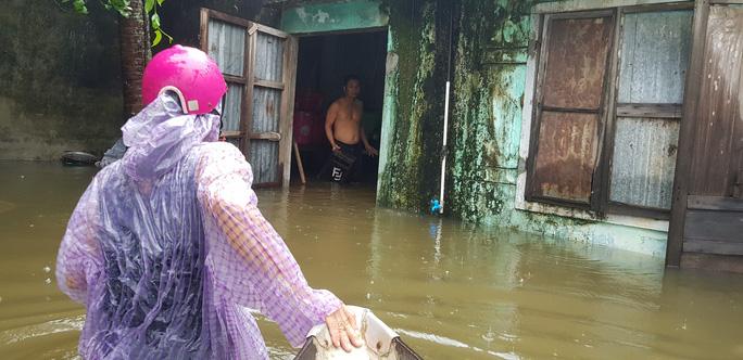 Đà Nẵng: Nhà dân ngập nặng, nhiều người dùng ghe đi lại - Ảnh 14.