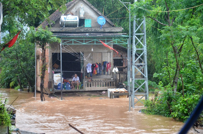 Hơn 100 nhà dân vùng rốn lũ Tân Hóa chìm trong biển nước - Ảnh 2.