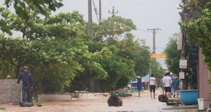 Hơn 100 nhà dân vùng rốn lũ Tân Hóa chìm trong biển nước - Ảnh 4.