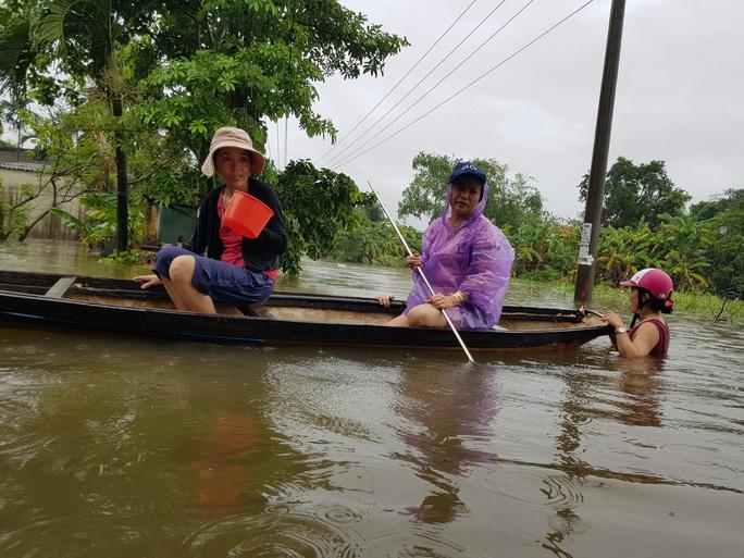Đà Nẵng: Nhà dân ngập nặng, nhiều người dùng ghe đi lại - Ảnh 16.