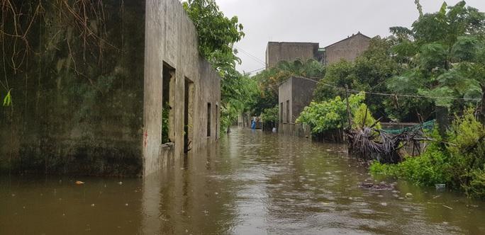 Đà Nẵng: Nhà dân ngập nặng, nhiều người dùng ghe đi lại - Ảnh 17.