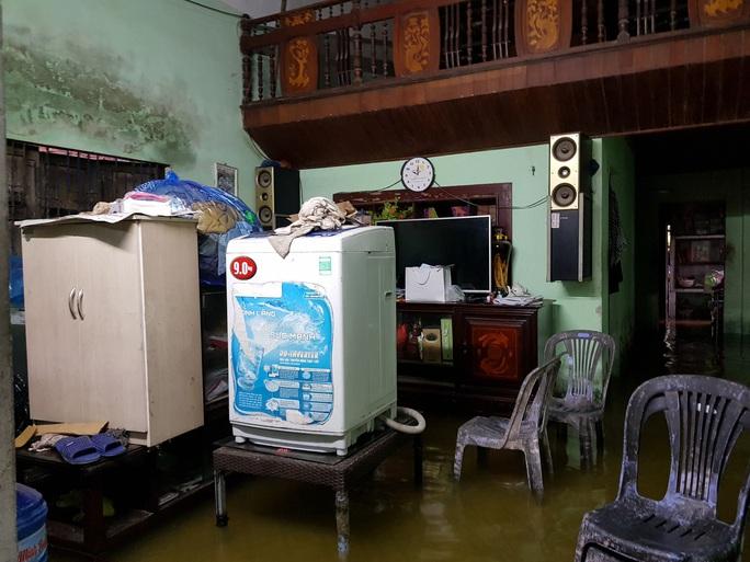 Đà Nẵng: Nhà dân ngập nặng, nhiều người dùng ghe đi lại - Ảnh 19.