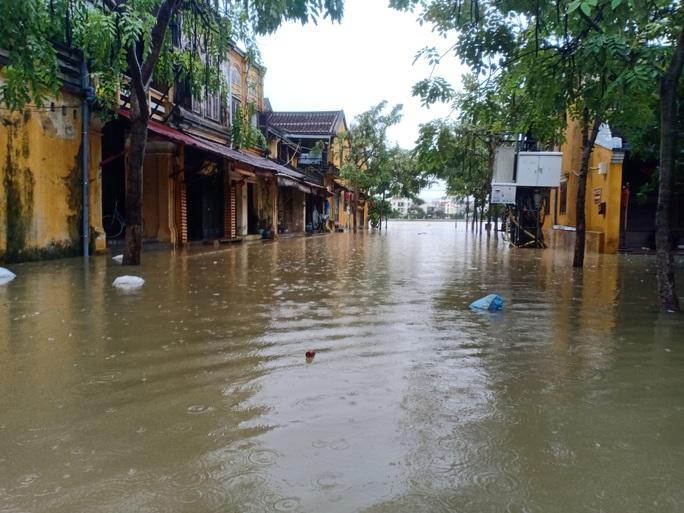 Nước sông Hoài lên nhanh gây ngập nặng, người Hội An hối hả chạy lũ - Ảnh 2.