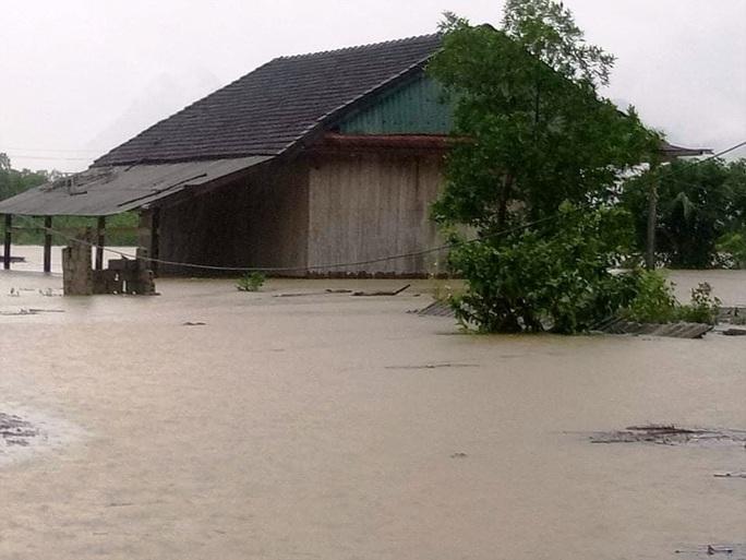 Hơn 100 nhà dân vùng rốn lũ Tân Hóa chìm trong biển nước - Ảnh 1.