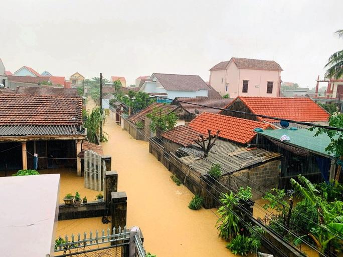 Hơn 100 nhà dân vùng rốn lũ Tân Hóa chìm trong biển nước - Ảnh 6.