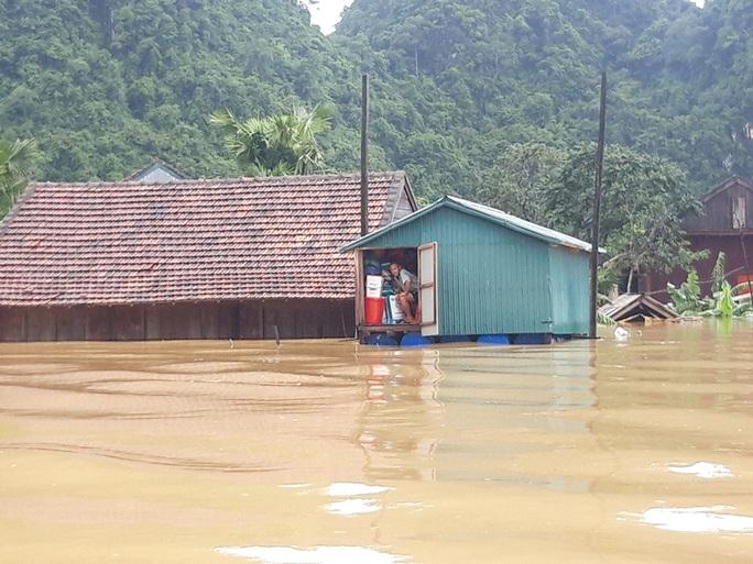 Hơn 100 nhà dân vùng rốn lũ Tân Hóa chìm trong biển nước - Ảnh 3.