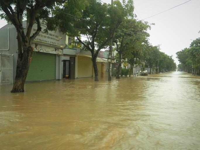 Quảng Trị: Mưa lũ làm 5 người chết và mất tích, di dời khẩn cấp hàng ngàn hộ dân - Ảnh 2.