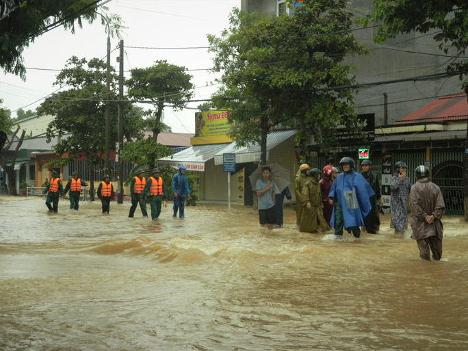 Quảng Trị: Mưa lũ làm 5 người chết và mất tích, di dời khẩn cấp hàng ngàn hộ dân - Ảnh 8.
