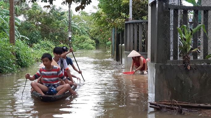 Mưa lũ ở Thừa Thiên - Huế: Người dân đi xuồng trên đường, thủy điện nâng mức xả lũ - Ảnh 2.