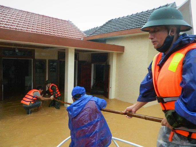 VIDEO: Ca-nô đến tận… cửa giải cứu người dân mắc kẹt trong lũ - Ảnh 2.