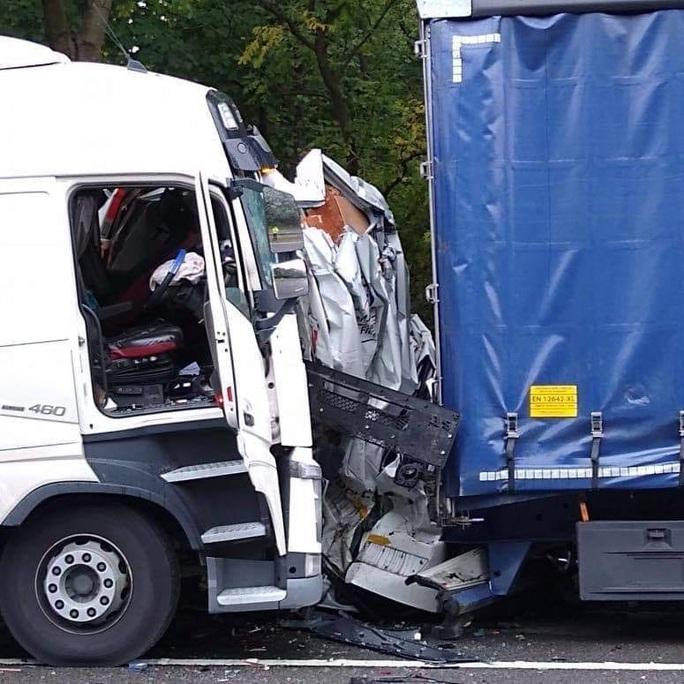 Xe tải bị hai xe khác nghiền bẹp rúm, nữ tài xế thoát chết thần kỳ - Ảnh 1.