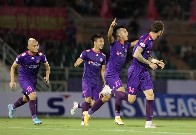 Thắng vất vả trên sân Thống Nhất, Sài Gòn FC vững ngôi đầu bảng - Ảnh 2.