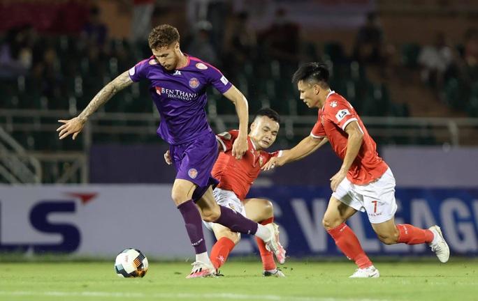 Thắng vất vả trên sân Thống Nhất, Sài Gòn FC vững ngôi đầu bảng - Ảnh 1.