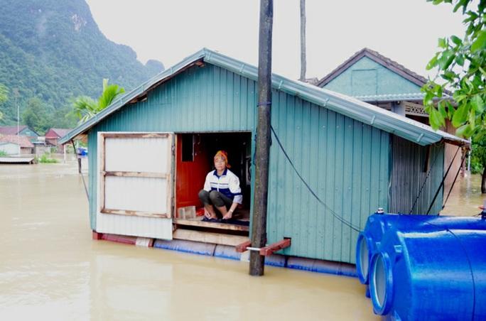 Mưa lũ dồn dập ở Quảng Bình: Hơn 12.600 nhà dân bị ngập chìm trong biển nước - Ảnh 2.