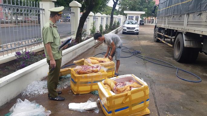 Bắt giữ 300kg thịt lợn hôi thối chuẩn bị lên bàn nhậu - Ảnh 1.