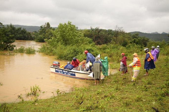 Mưa lũ dồn dập ở Quảng Bình: Hơn 12.600 nhà dân bị ngập chìm trong biển nước - Ảnh 4.