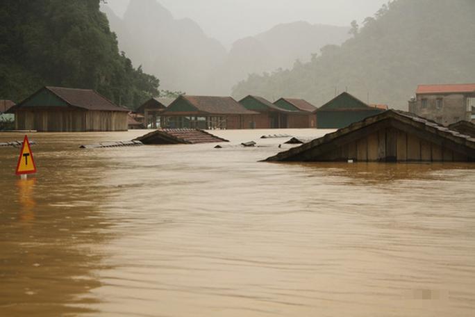 Mưa lũ dồn dập ở Quảng Bình: Hơn 12.600 nhà dân bị ngập chìm trong biển nước - Ảnh 3.