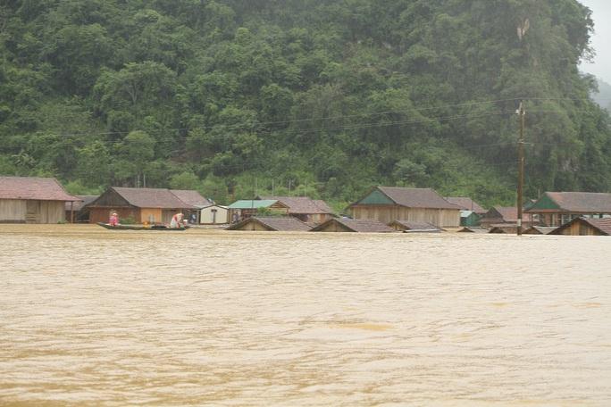 Mưa lũ dồn dập ở Quảng Bình: Hơn 12.600 nhà dân bị ngập chìm trong biển nước - Ảnh 1.