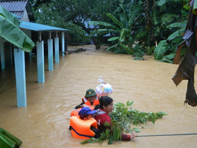 Quảng Trị đề nghị dùng trực thăng cứu 12 người gặp nạn trên biển - Ảnh 1.
