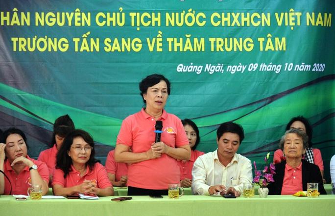 Phu nhân của nguyên Chủ tịch nước Trương Tấn Sang trao hơn 300 triệu đồng cho trẻ em khuyết tật - Ảnh 2.