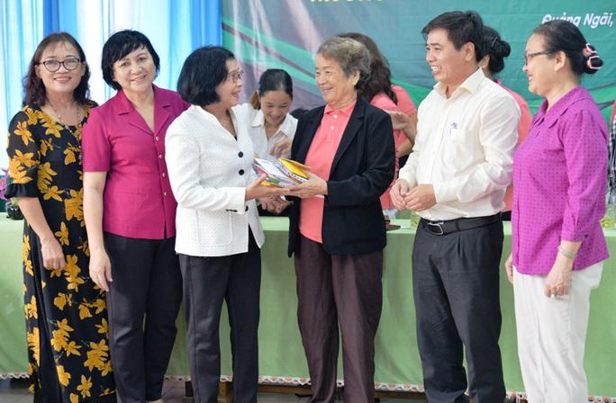 Phu nhân của nguyên Chủ tịch nước Trương Tấn Sang trao hơn 300 triệu đồng cho trẻ em khuyết tật - Ảnh 1.