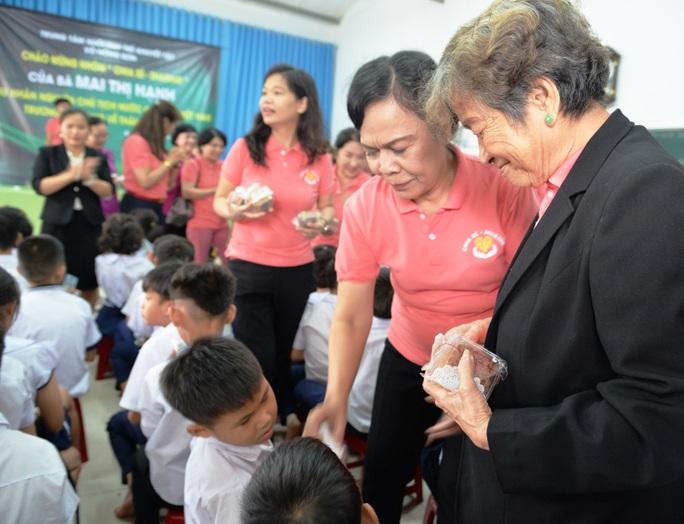 Phu nhân của nguyên Chủ tịch nước Trương Tấn Sang trao hơn 300 triệu đồng cho trẻ em khuyết tật - Ảnh 3.