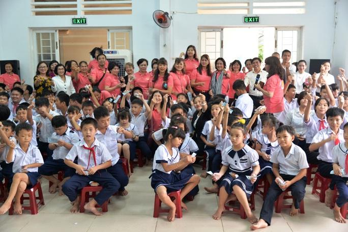 Phu nhân của nguyên Chủ tịch nước Trương Tấn Sang trao hơn 300 triệu đồng cho trẻ em khuyết tật - Ảnh 4.