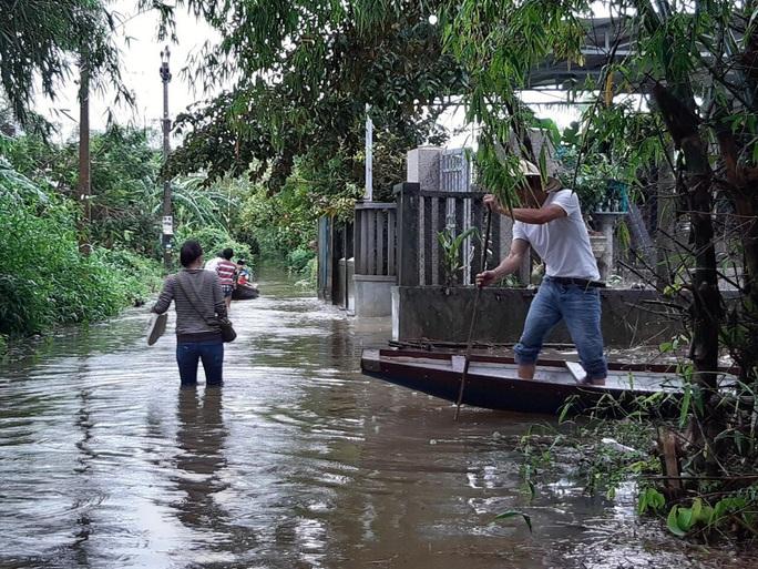 Mưa lũ ở Thừa Thiên - Huế: Người dân đi xuồng trên đường, thủy điện nâng mức xả lũ - Ảnh 4.