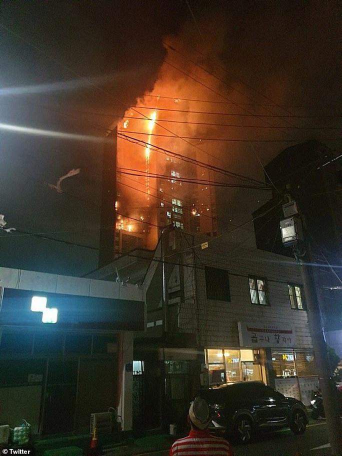 Hàn Quốc: Tòa nhà 33 tầng cháy ngùn ngụt trong đêm - Ảnh 2.