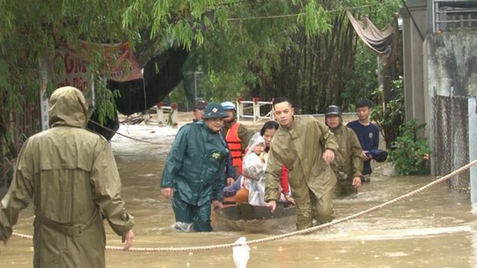 Quảng Bình- Huế: Hơn 13.000 nhà dân bị ngập chìm trong biển nước - Ảnh 1.