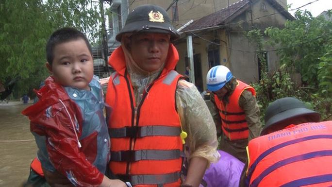 Quảng Bình- Huế: Hơn 13.000 nhà dân bị ngập chìm trong biển nước - Ảnh 2.