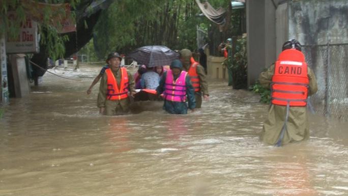 Quảng Bình- Huế: Hơn 13.000 nhà dân bị ngập chìm trong biển nước - Ảnh 4.